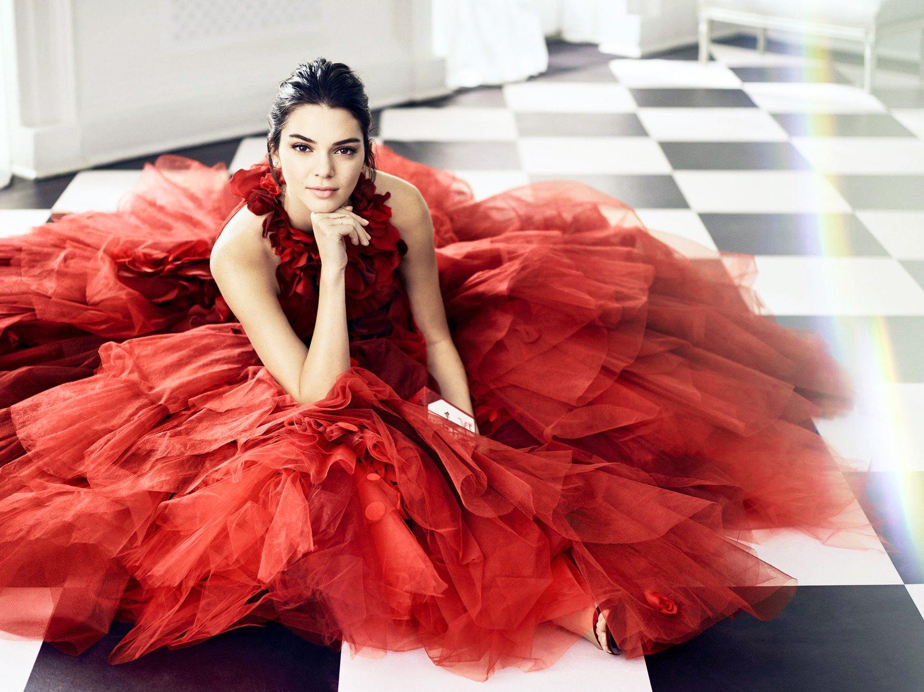Phối đồ dự tiệc cho cung bọ cạp - Kendall Jenner mặc đầm dạ hội voan đỏ