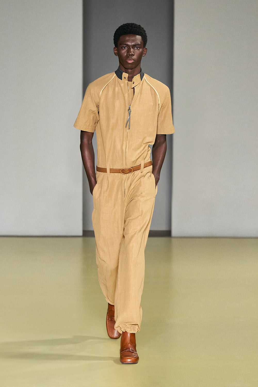 Salvatore Ferragamo BST Xuân Hè 2021 và bộ trang phục nam màu vàng
