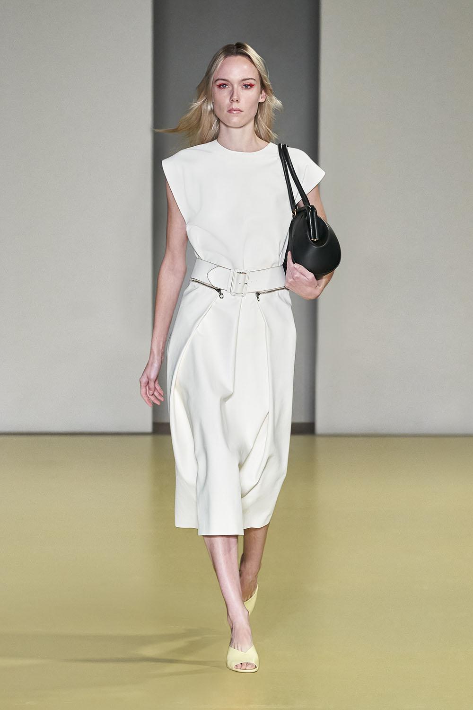 Salvatore Ferragamo BST Xuân Hè 2021 bộ váy trắng và túi xách đen