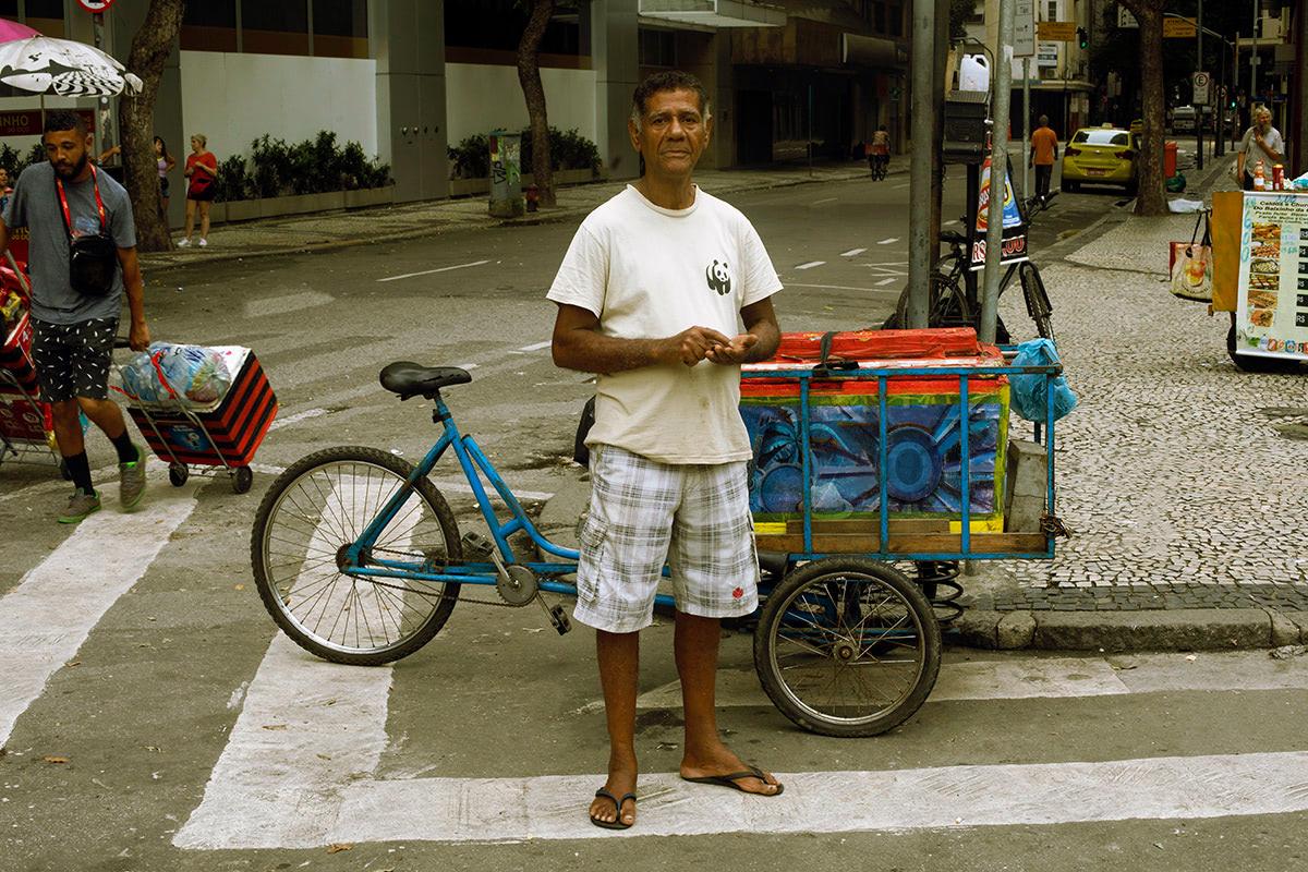 người lao động đi dép havaianas