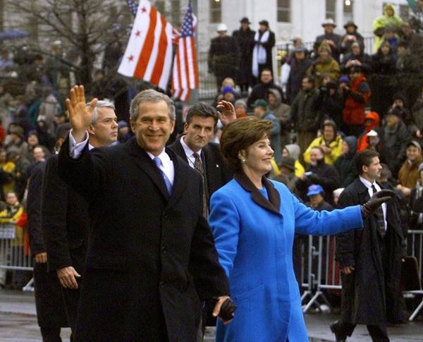 Bà Laura Bush trong trang phục màu xanh lam