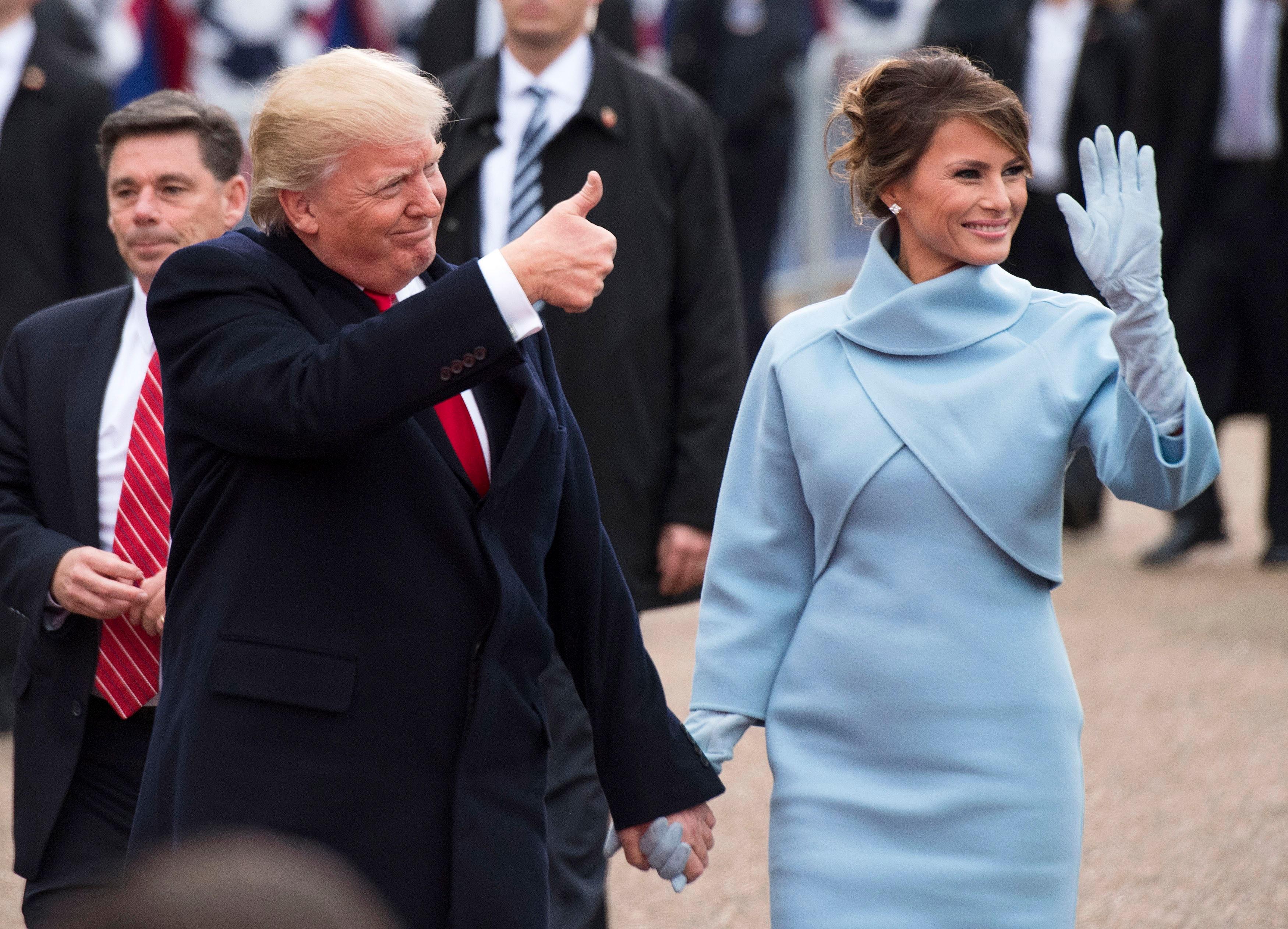 Melania Trump xuất hiện trong trang phục màu xanh nhạt