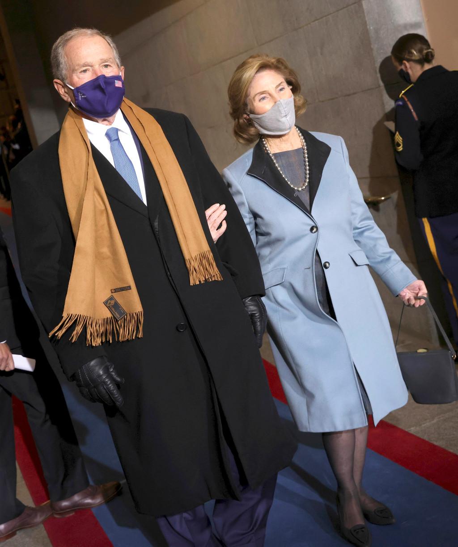 Bà Laura Bush xuất hiện cùng màu áo xanh trong ngày nhậm chức của Joe Biden