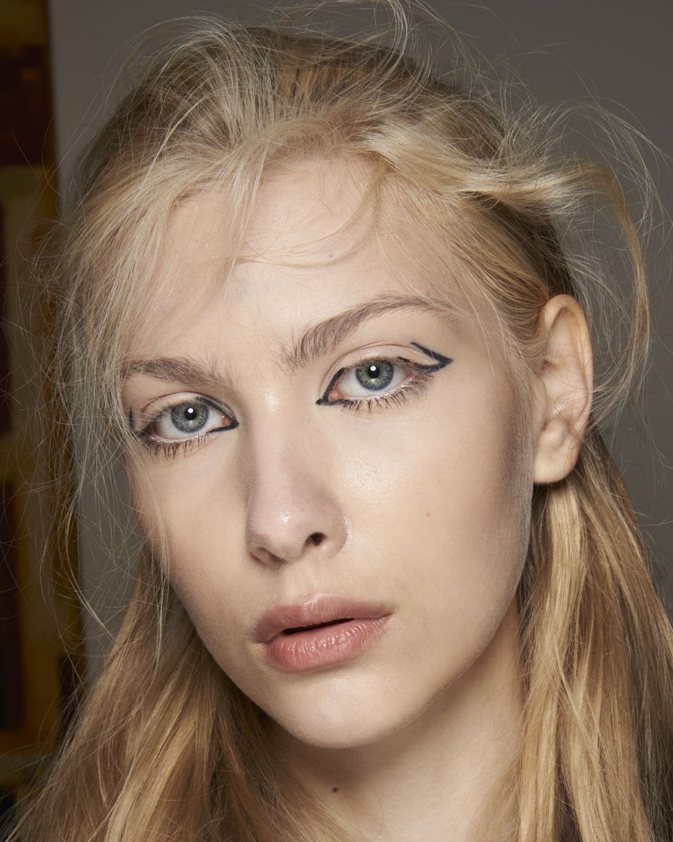 Người mẫu trang điểm kẻ mắt sáng tạo