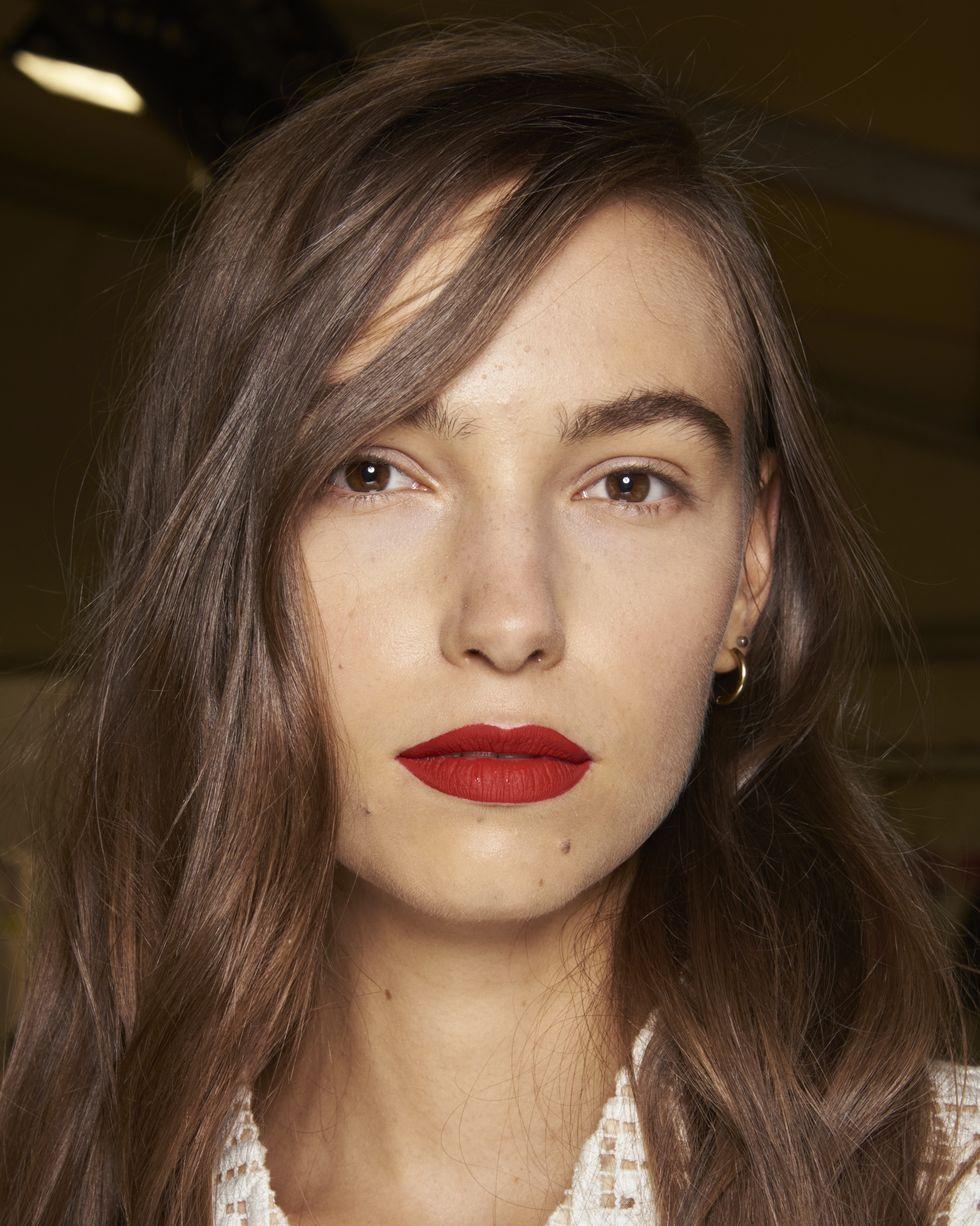 Người mẫu trang điểm son môi màu đậm