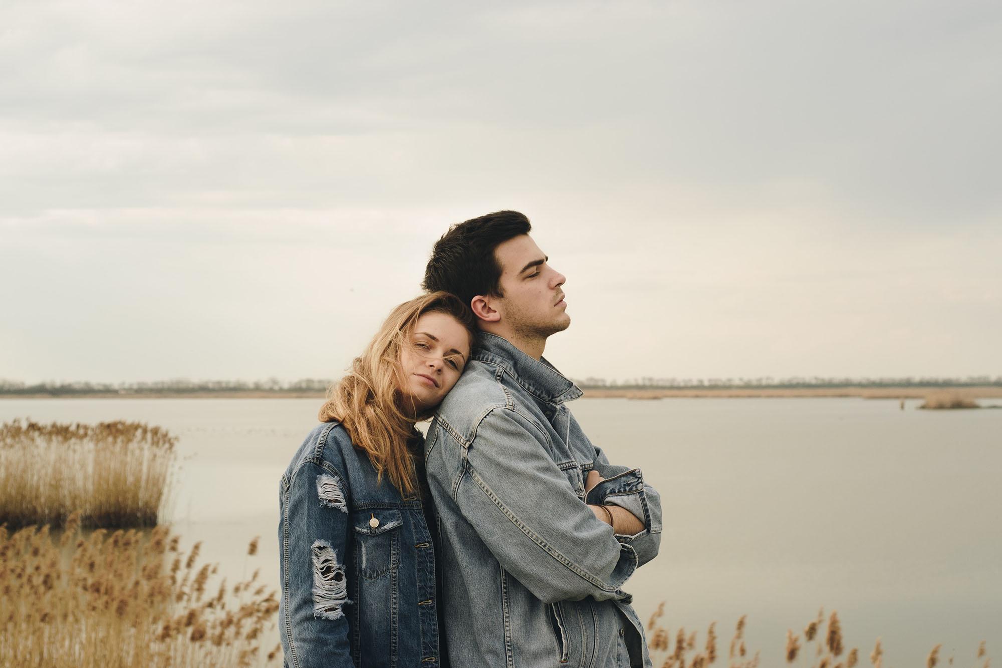 Cặp đôi tựa nhau trong im lặng
