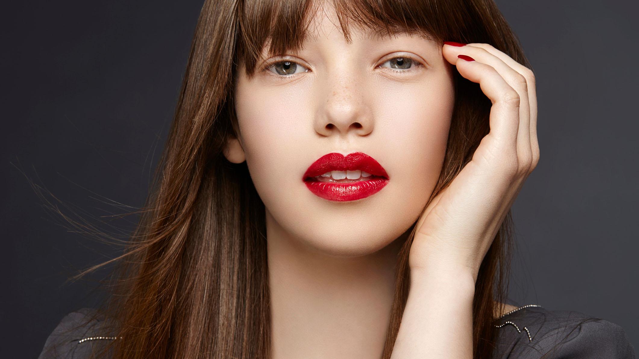 Cô gái son môi đỏ