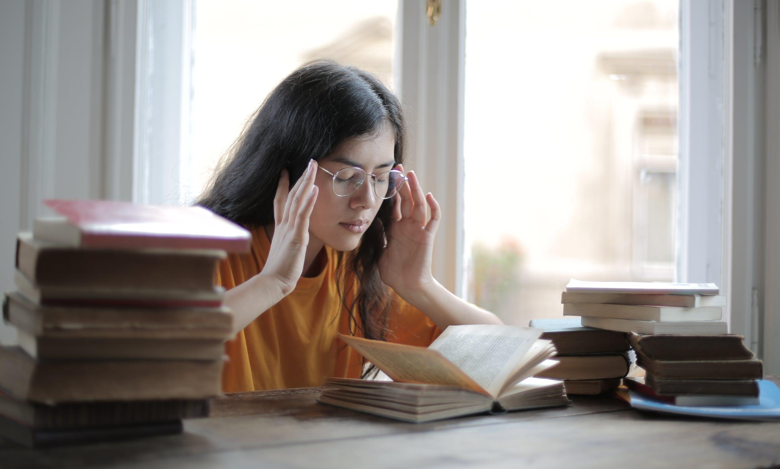 Cô gái đau đầu đọc sách