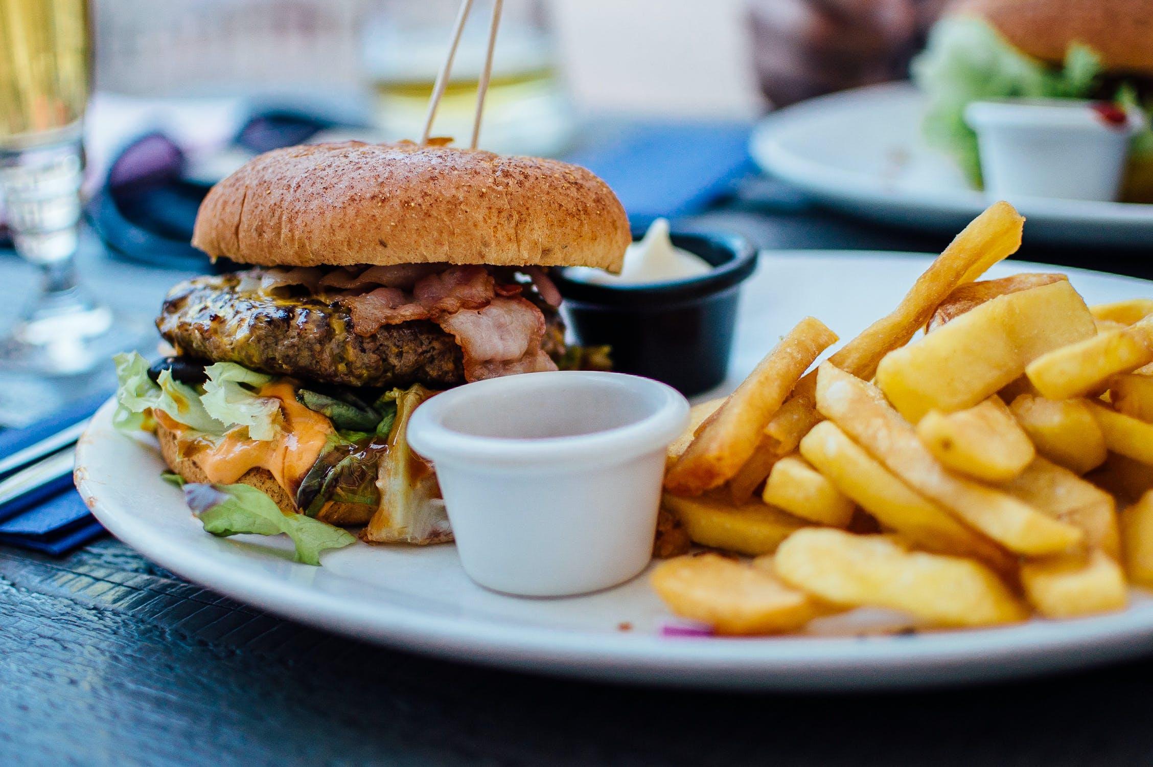 Thức ăn nhanh trên đĩa