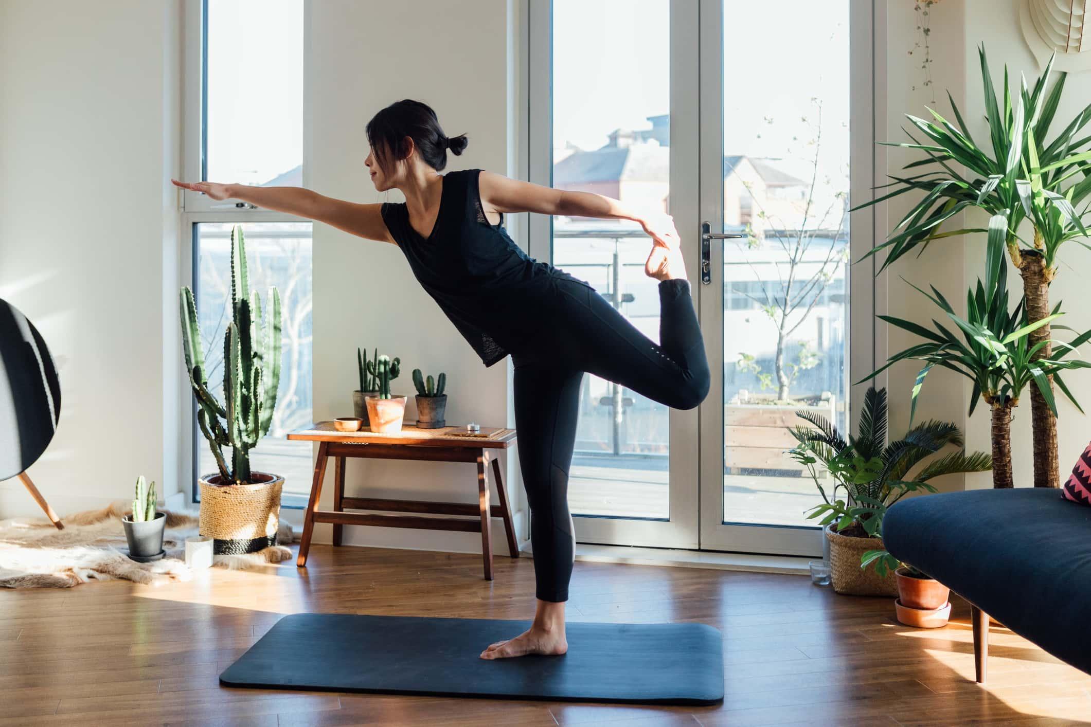 Cô gái đang tập yoga