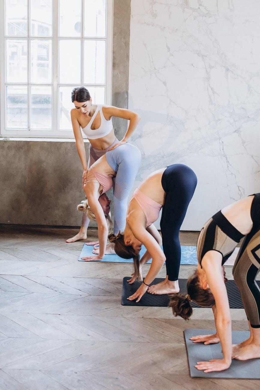 Tập yoga tư thế đứng gập người
