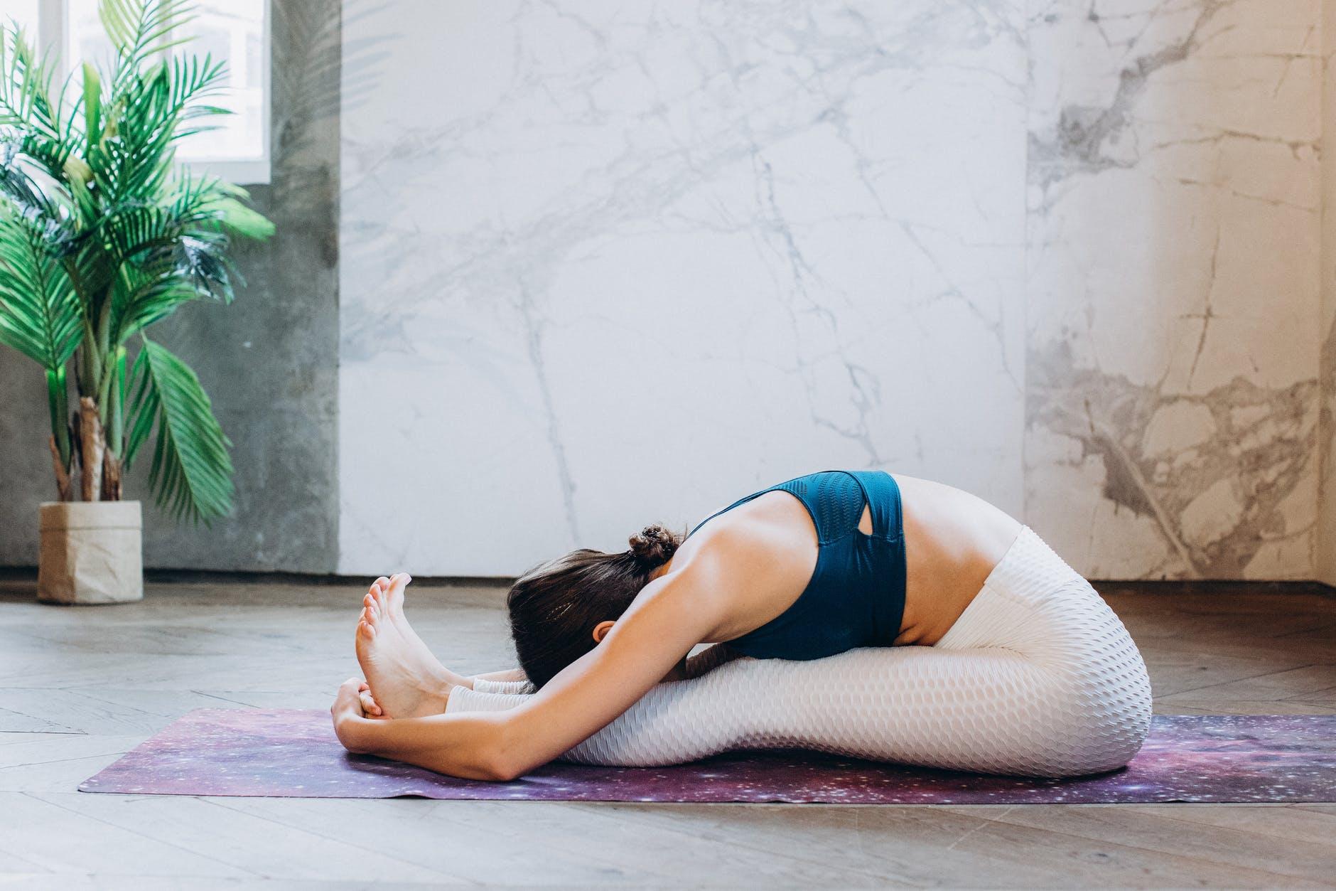 Tập yoga tư thế ngồi gập người