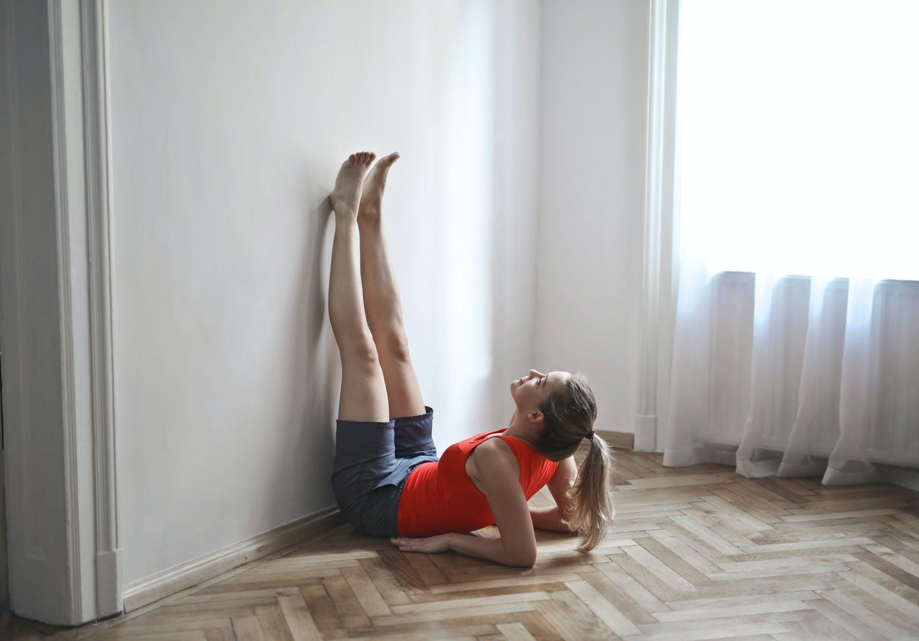 Tập yoga tư thế gác chân lên tường