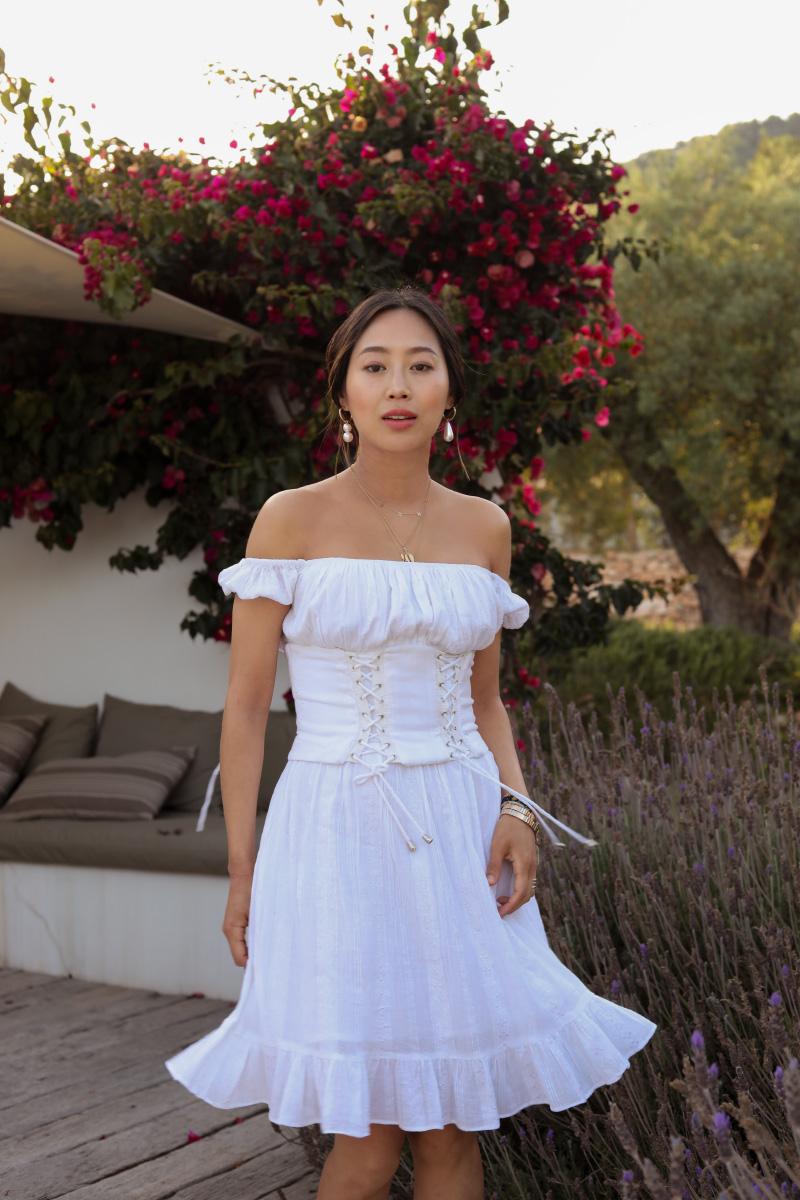 mặc đẹp cùng áo corset phối đầm trắng trễ vai