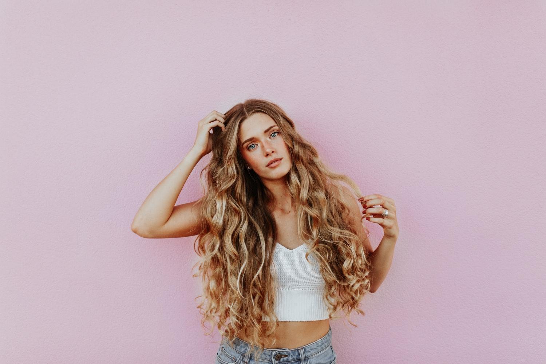 cô gái đang vuốt tóc