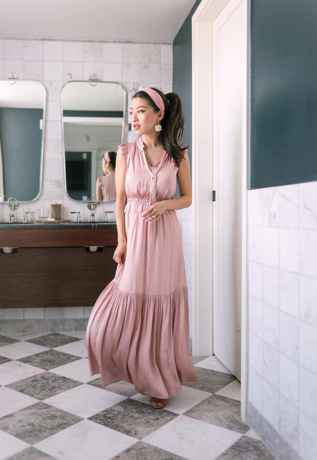 mặc đẹp cùng đầm eo cao hồng phối băng đô cùng màu