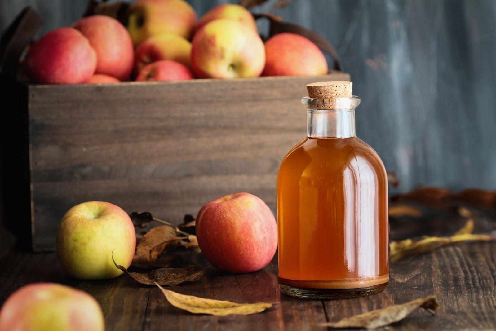 chai giấm táo trên bàn