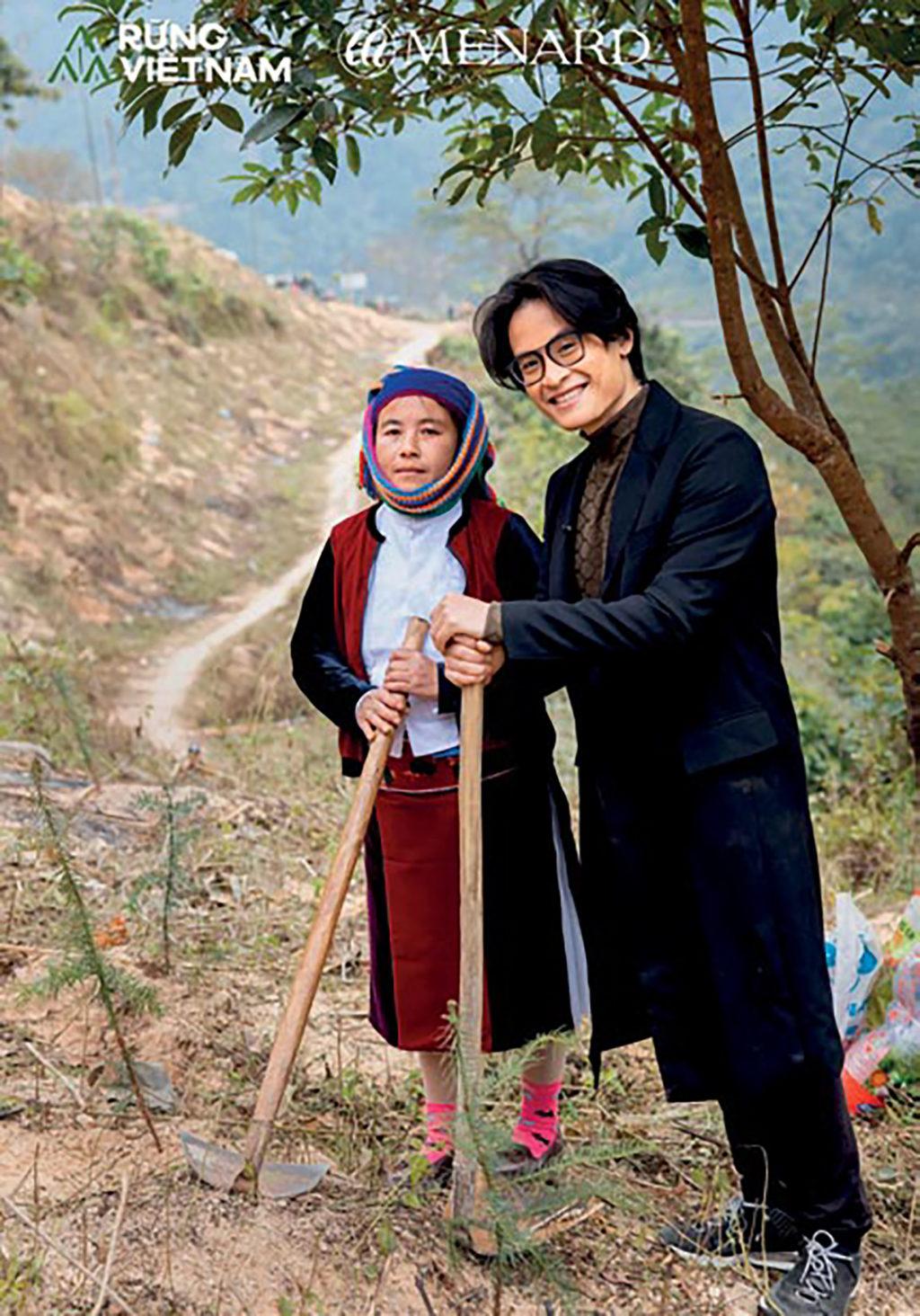 Hà Anh Tuấn cùng người dân bản địa