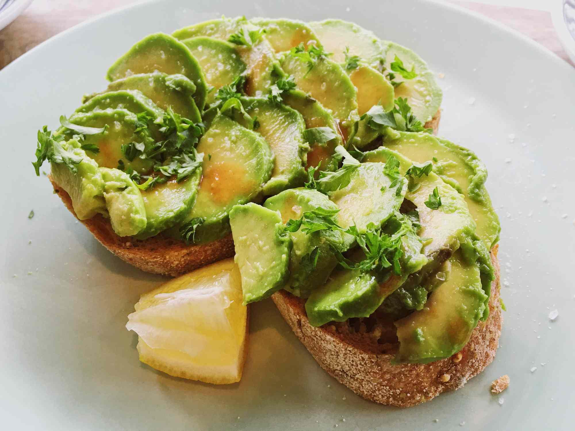 quả bơ- một trong những thực phẩm giảm cholesterol hiệu quả