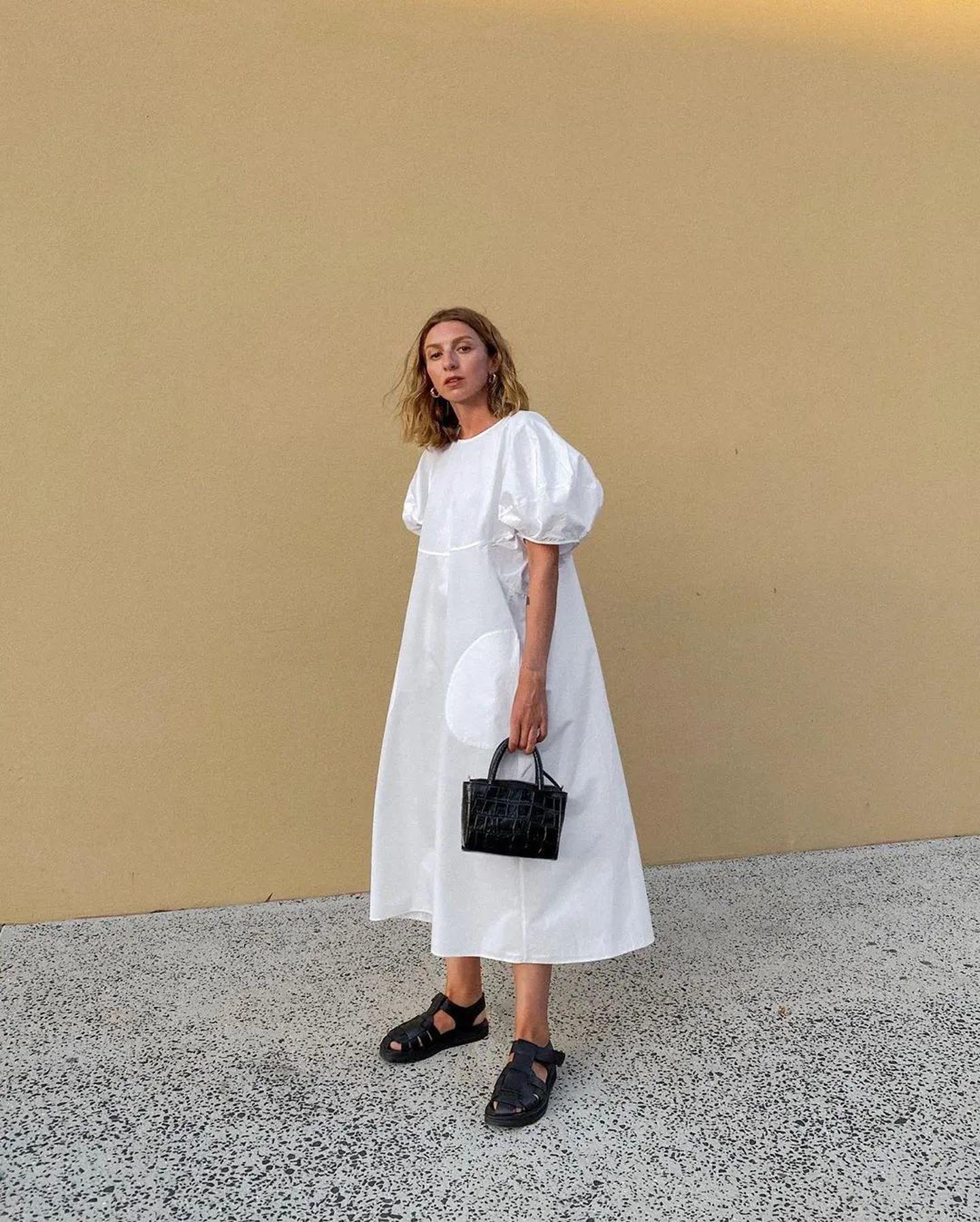 đầm babydoll màu trắng và giày đen