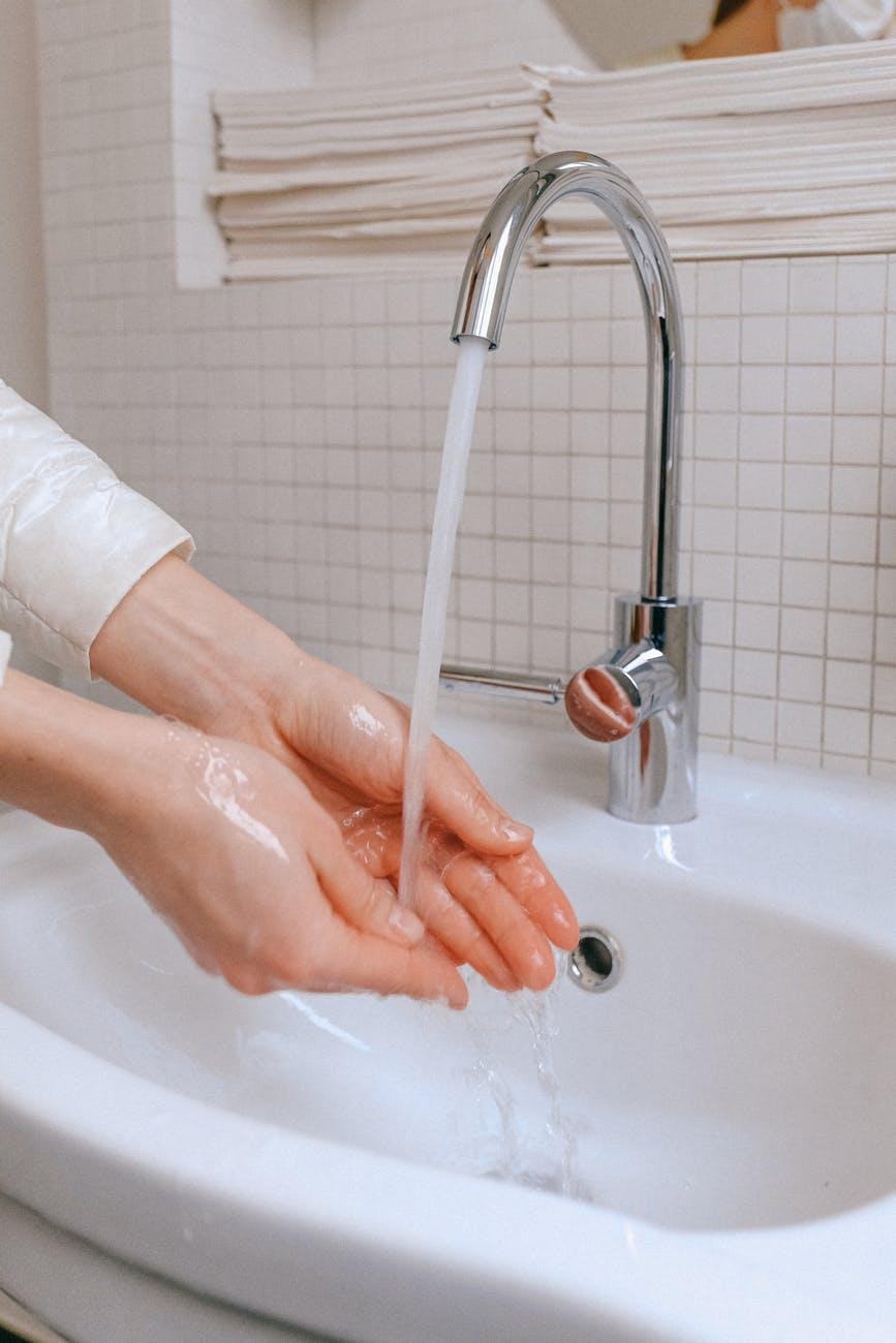 Dùng nước ấm khi rửa mặt
