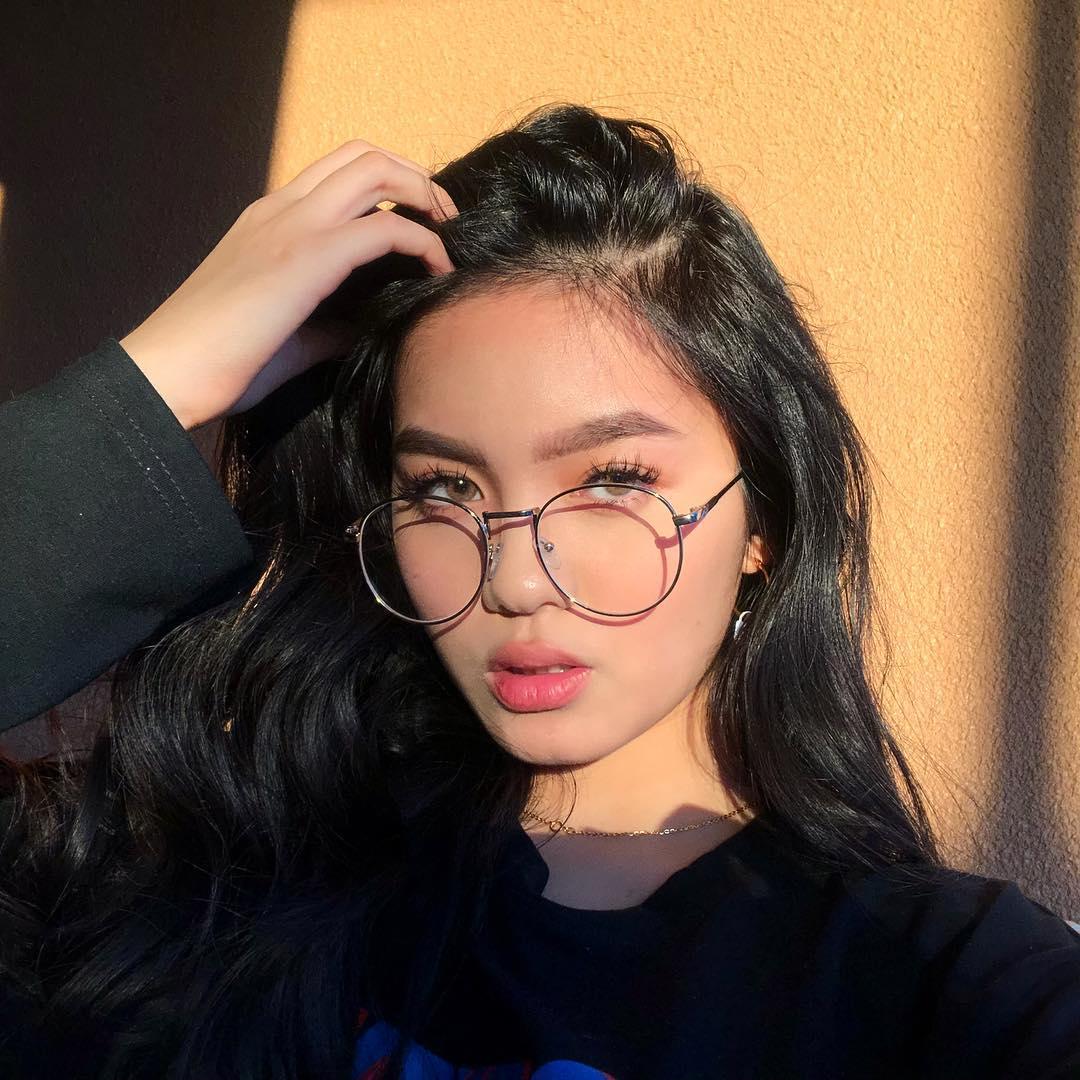 cô gái đeo kính làm đẹp tiktok