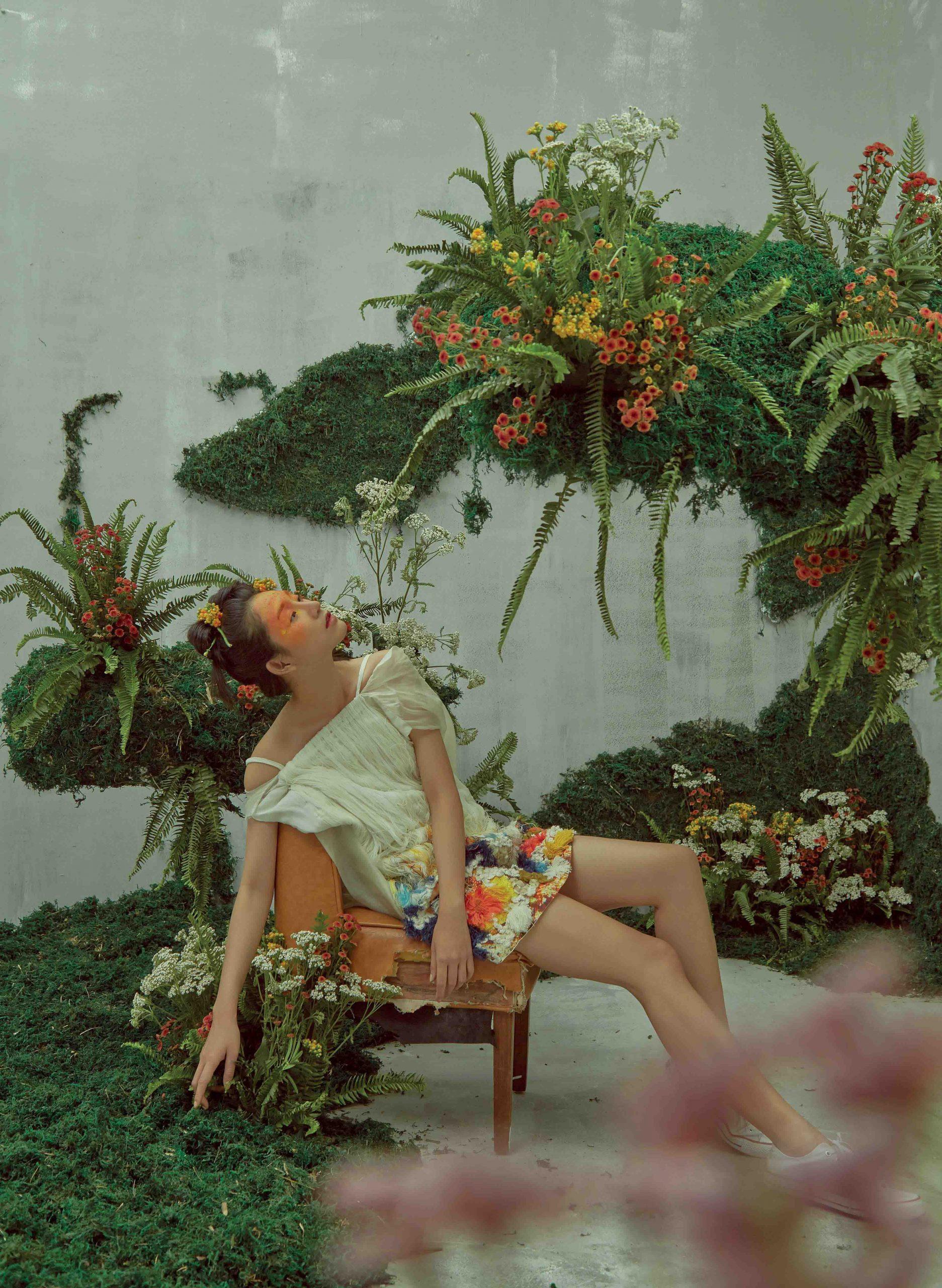 cô gái không hạnh phúc ngồi trong vườn cây