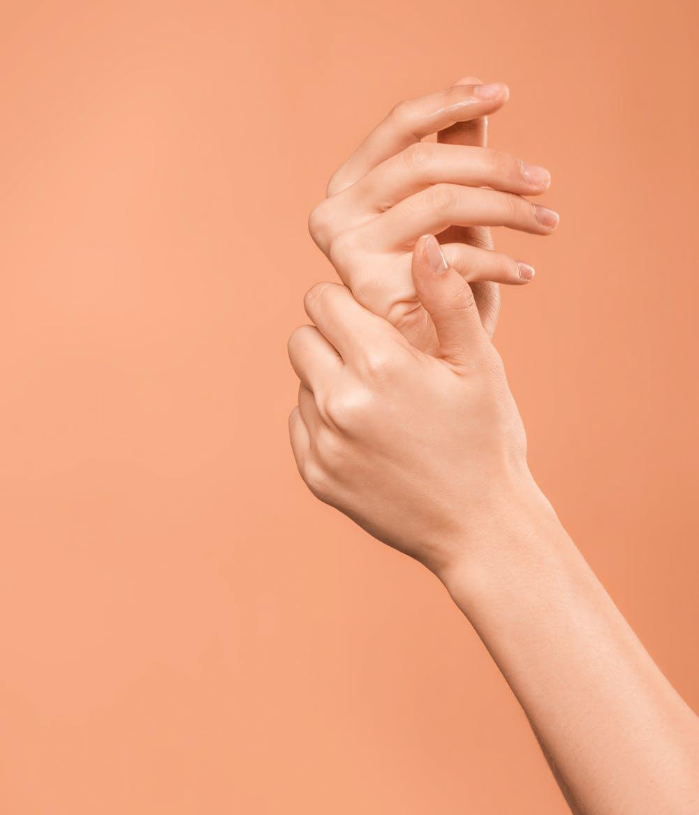 đôi tay cô gái