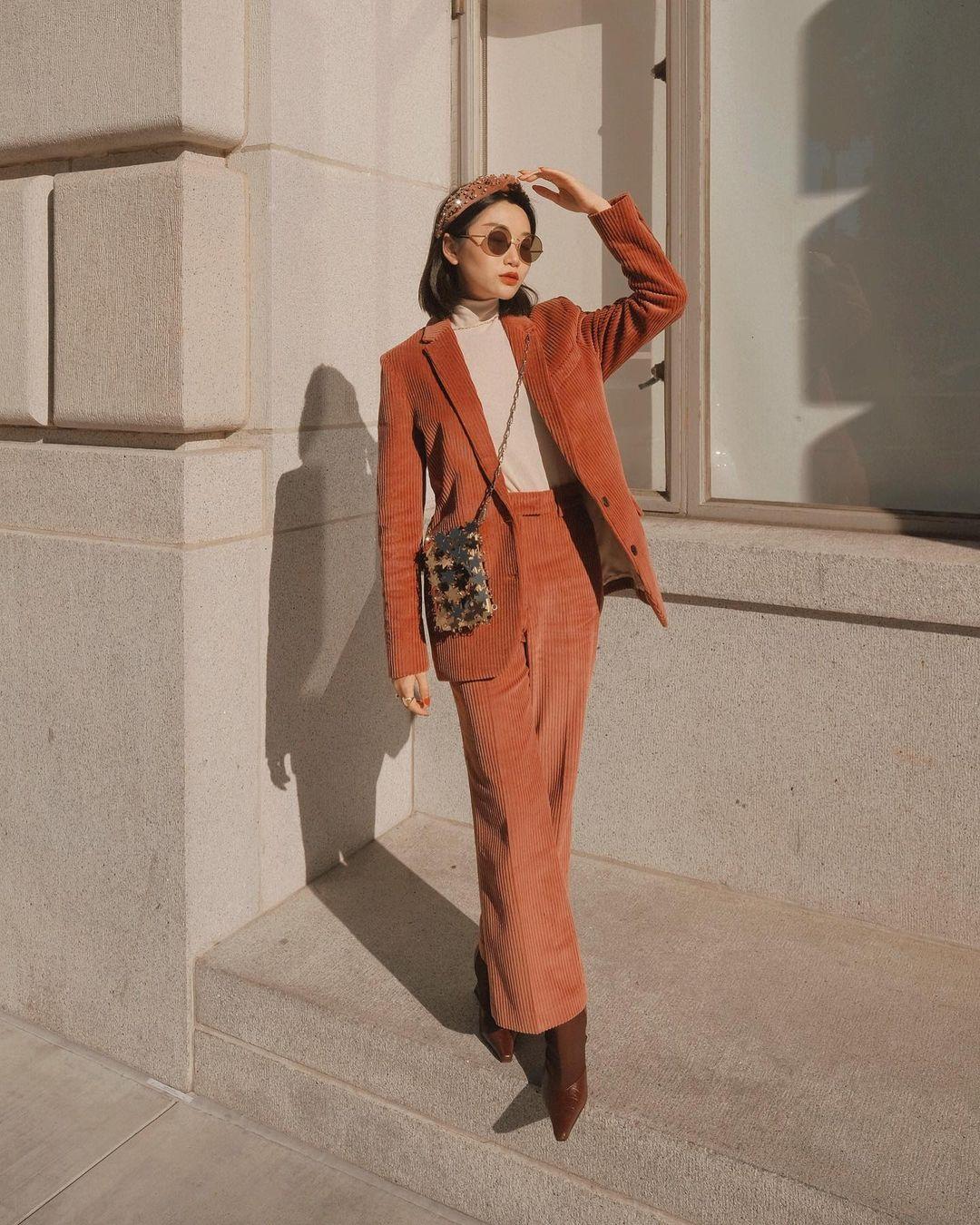 cô gái mặc vest màu cam đất