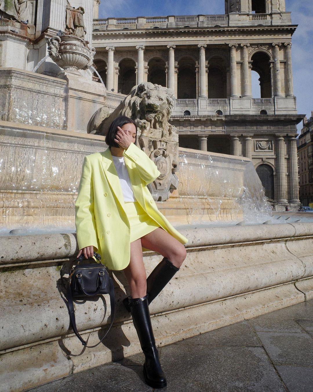 cô gái mặc áo vest vàng chân váy cùng màu