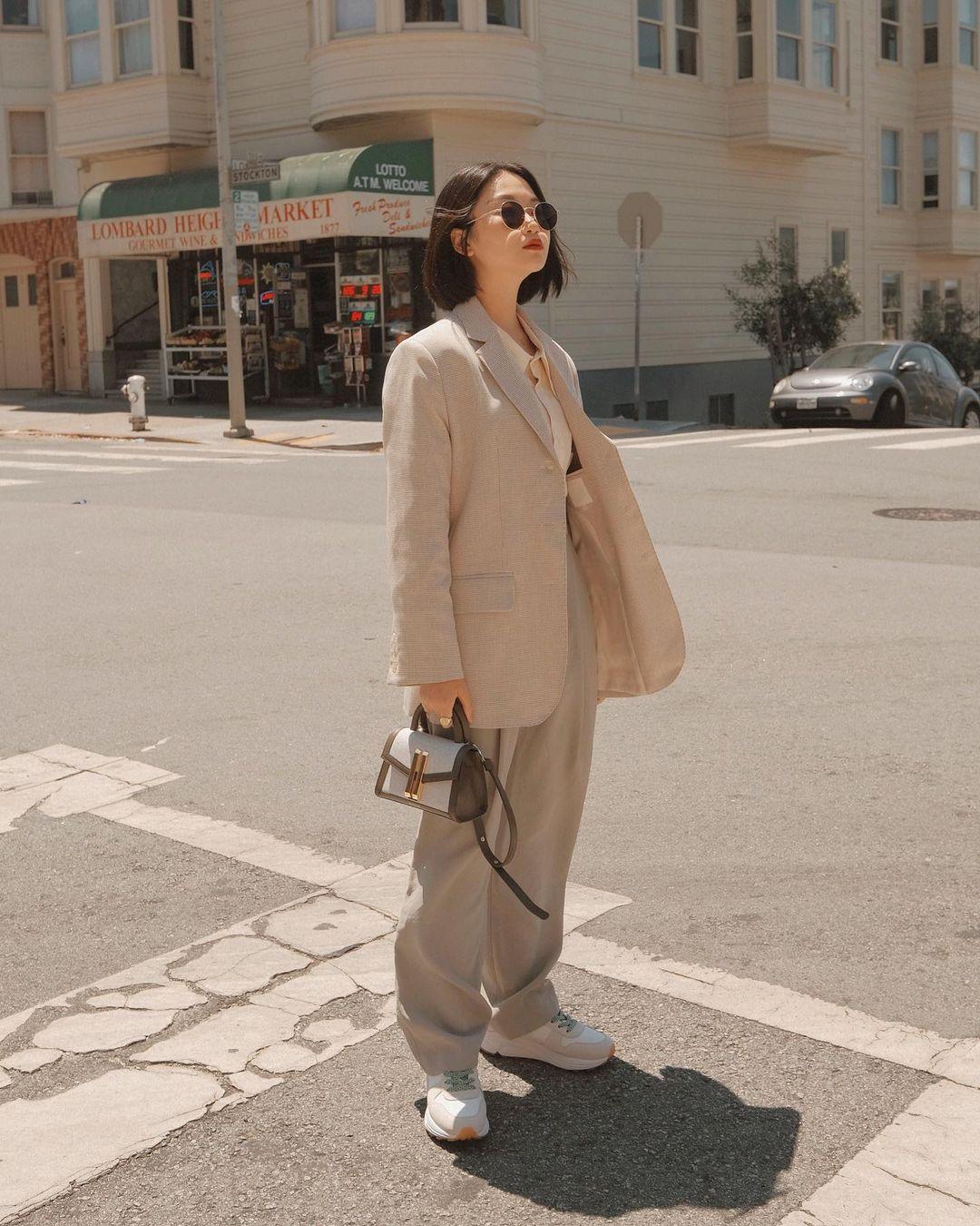cô gái mặc áo vest kem oversize