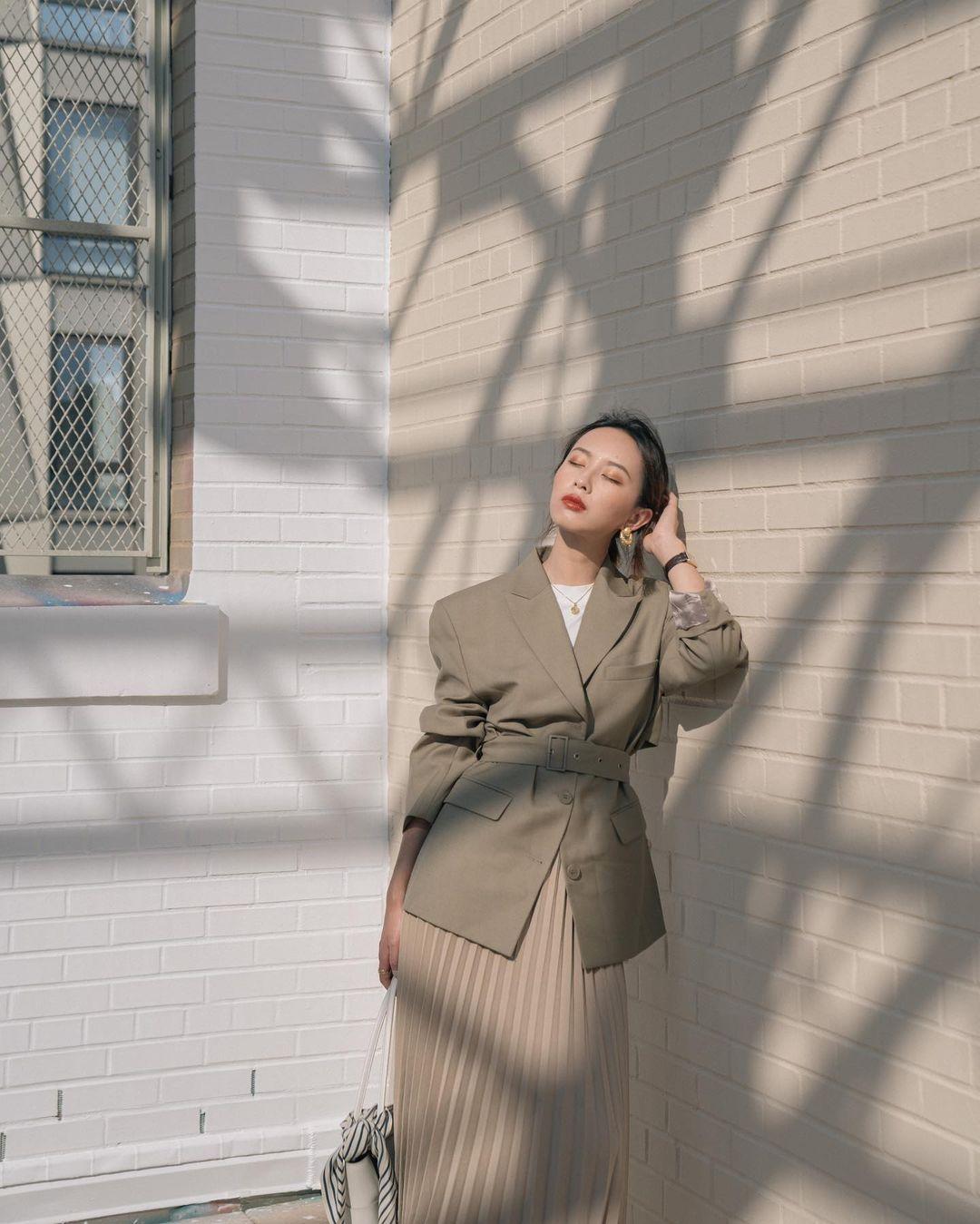 cô gái mặc áo vest dáng nữ chiết eo