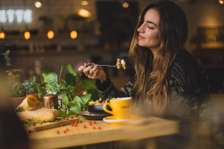 cô gái thưởng thức đồ ăn thực hành nghỉ ngơi cảm xúc bên cạnh giấc ngủ