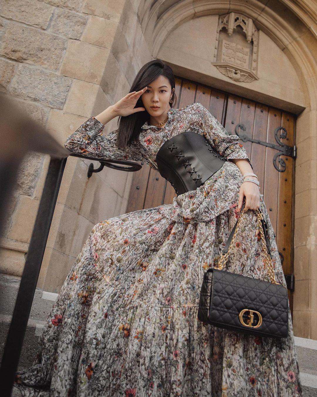 phối áo corset và đầm hoa xu hướng hè 2021