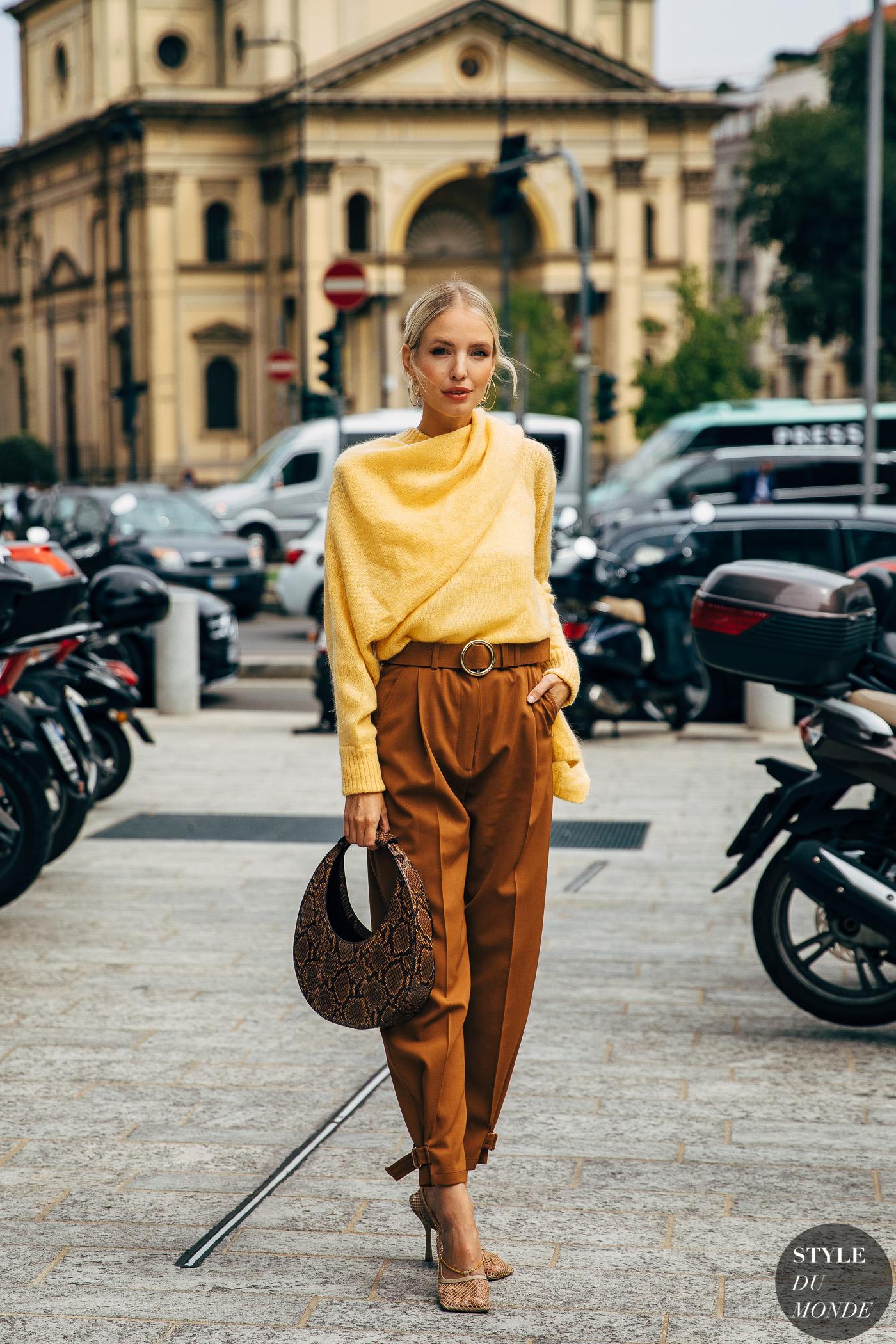 xu hướng thời trang hè 2021 cách phối màu vàng và nâu