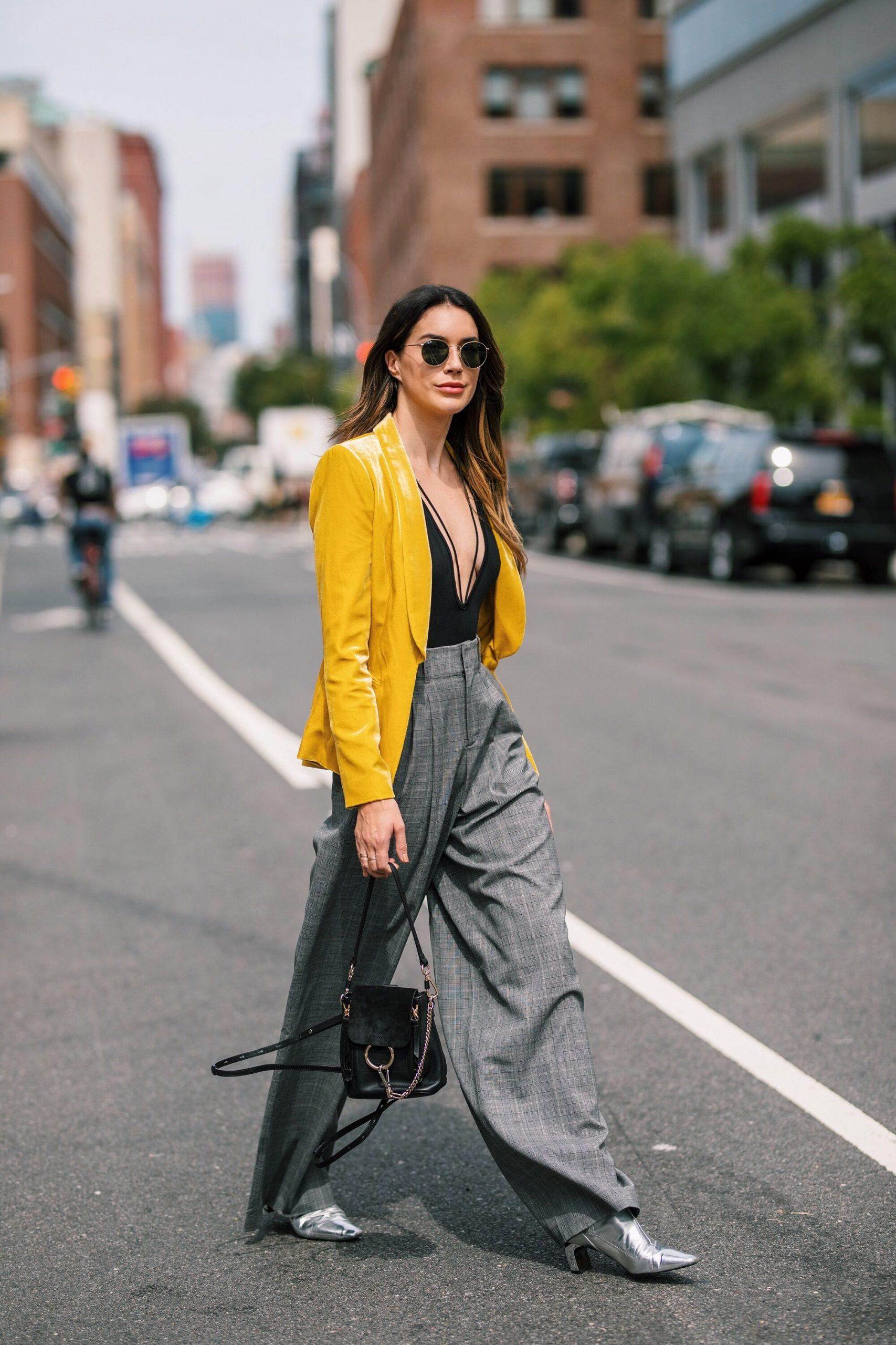 xu hướng thời trang hè 2021 cách phối màu vàng và xám