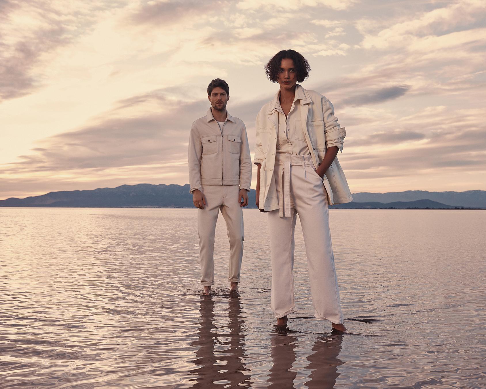 hai người mặc trang phục denim mango trắng