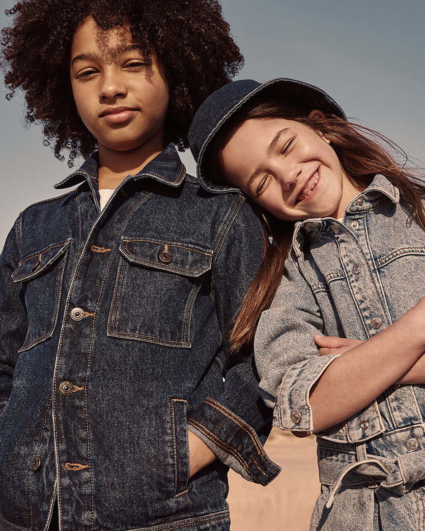 người lớn và bạn trẻ mặc trang phục denim xanh đen mango