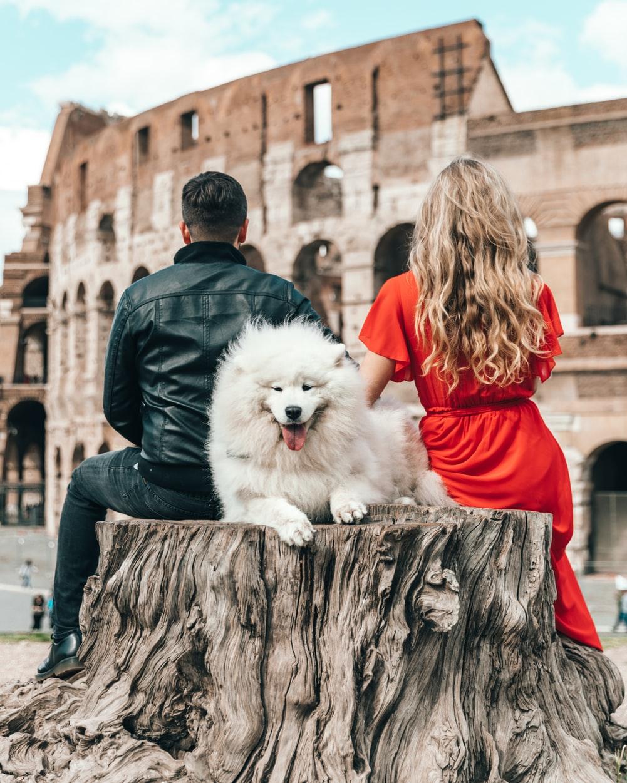 người yêu bên cạnh chú chó trắng