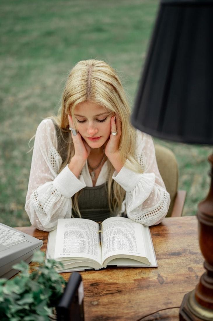 cô gái thích đọc sách có tính các độc đáo