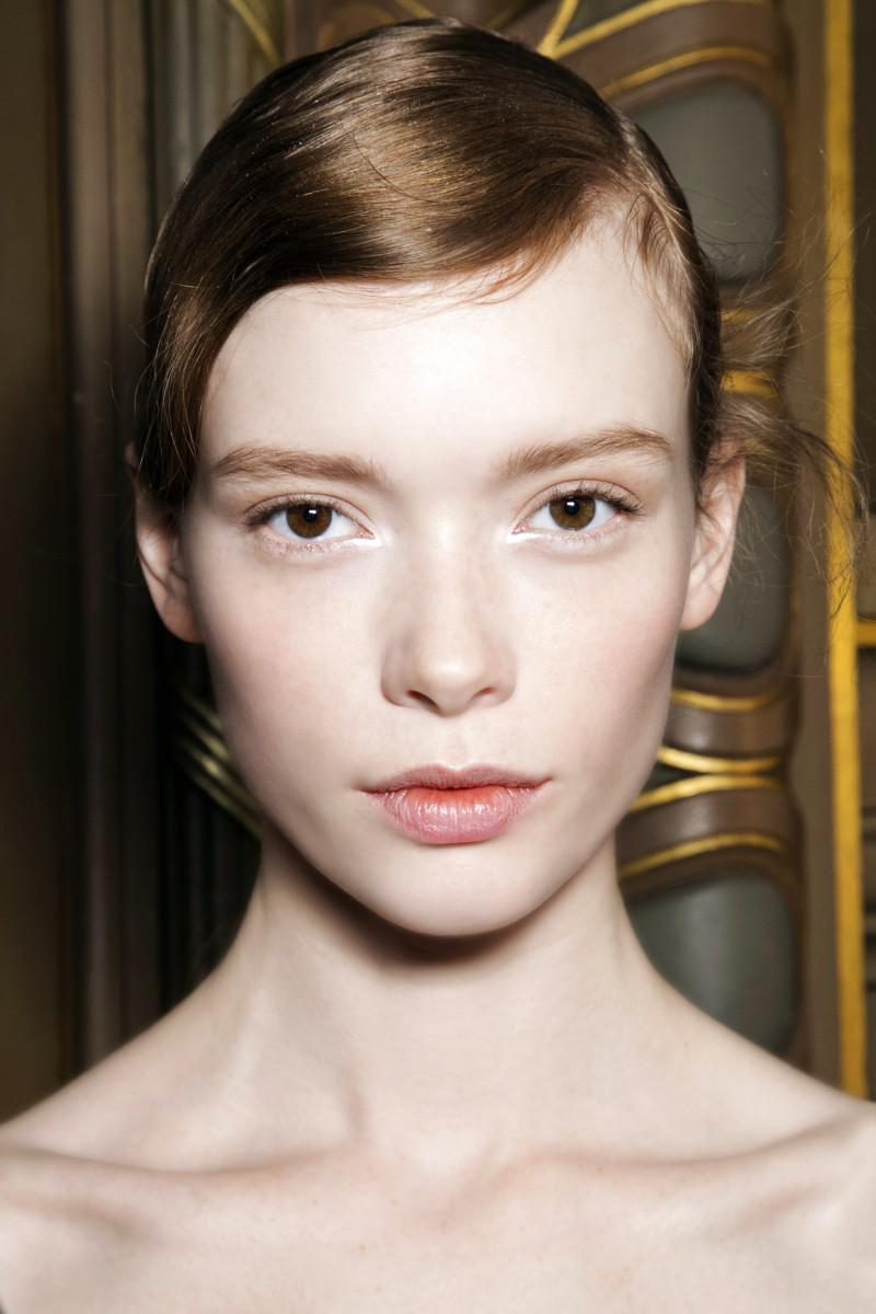 Tán highlight khi trang điểm mắt giúp bạn trẻ trung hơn