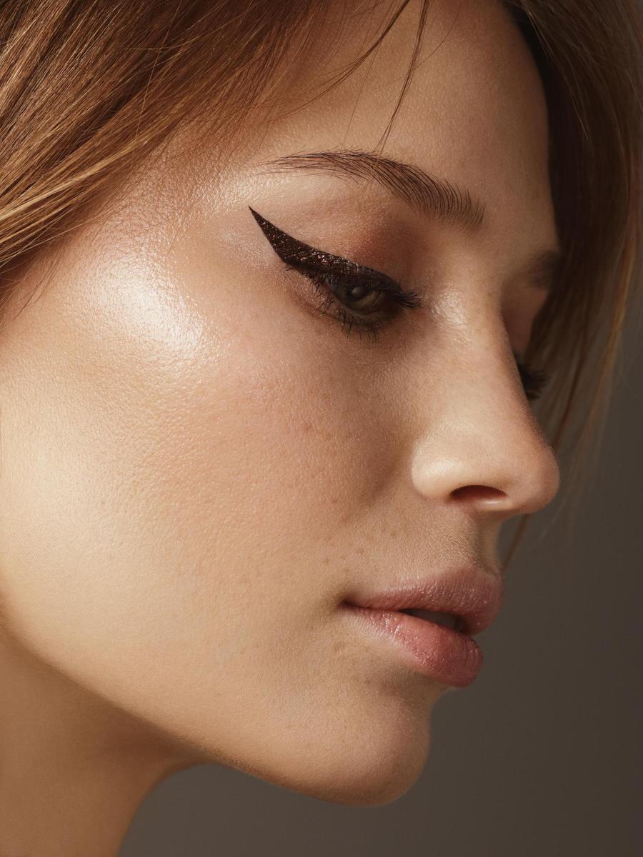 Vẽ mắt mèo và hàng mi cong tự nhiên khi trang điểm mắt giúp bạn trẻ trung hơn