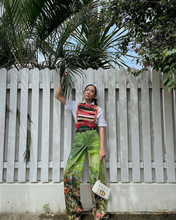 quần ống rộng chi tiết hoa lá kết hợp áo gi lê len