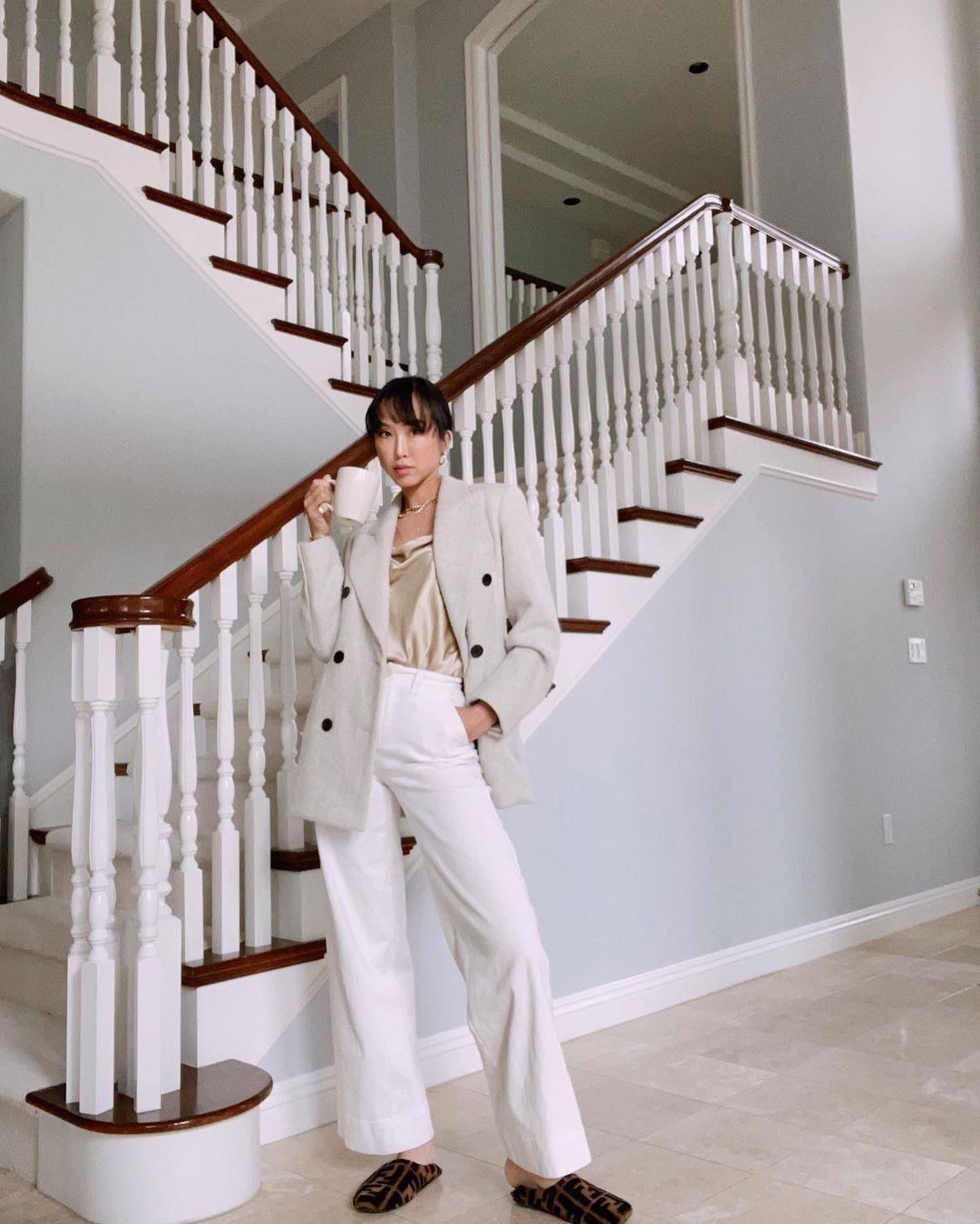 quần dài ống rộng kết hợp áo lụa và blazer