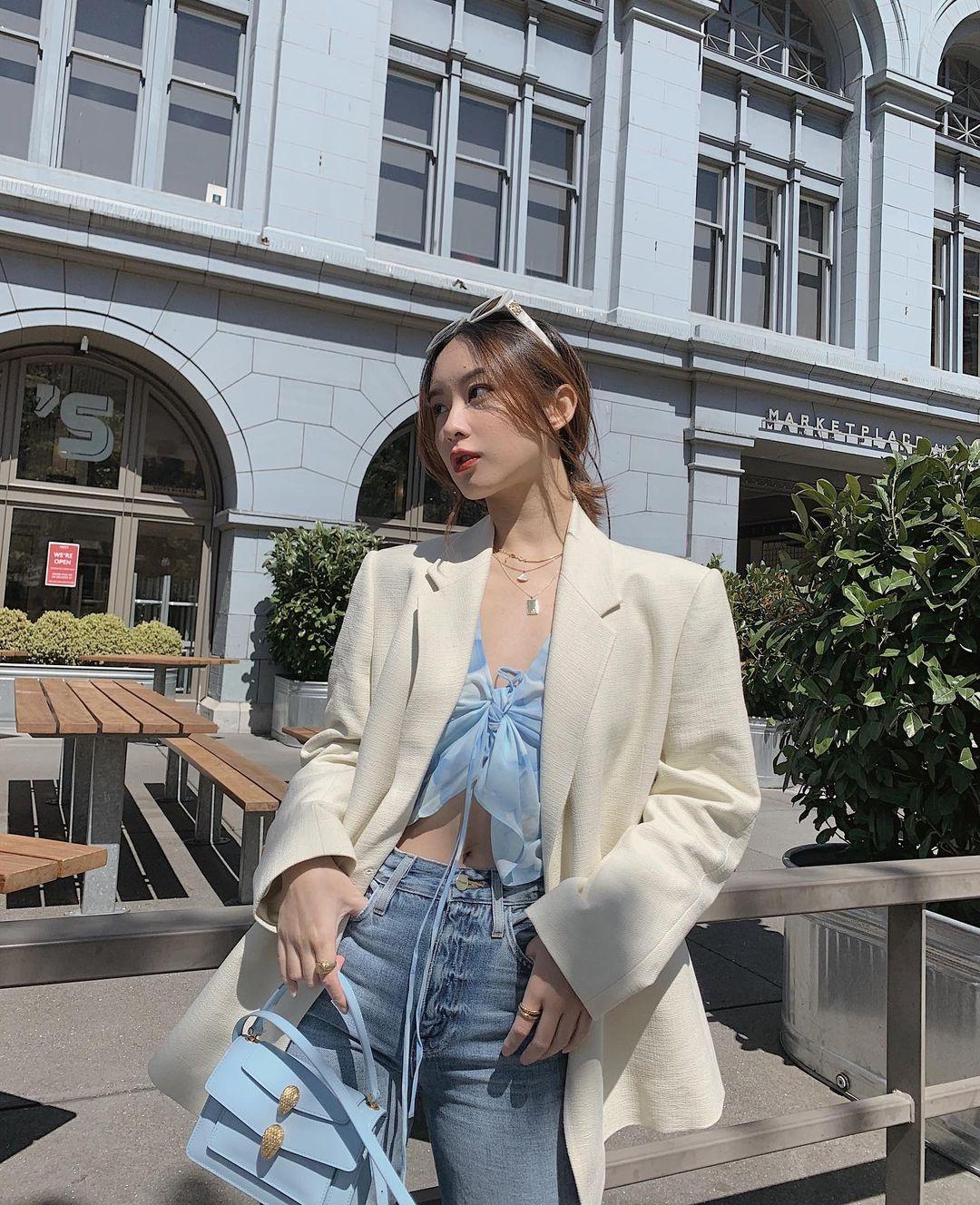 cô gái mặc trang phục công sở áo thắt nơ xanh