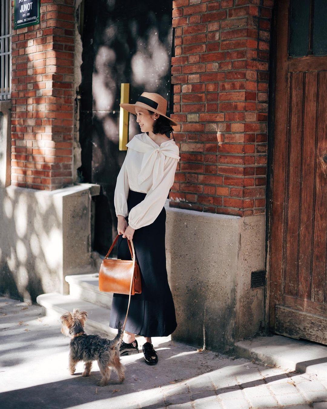 Cô gái mặc áo thắt nơ chéo vintage
