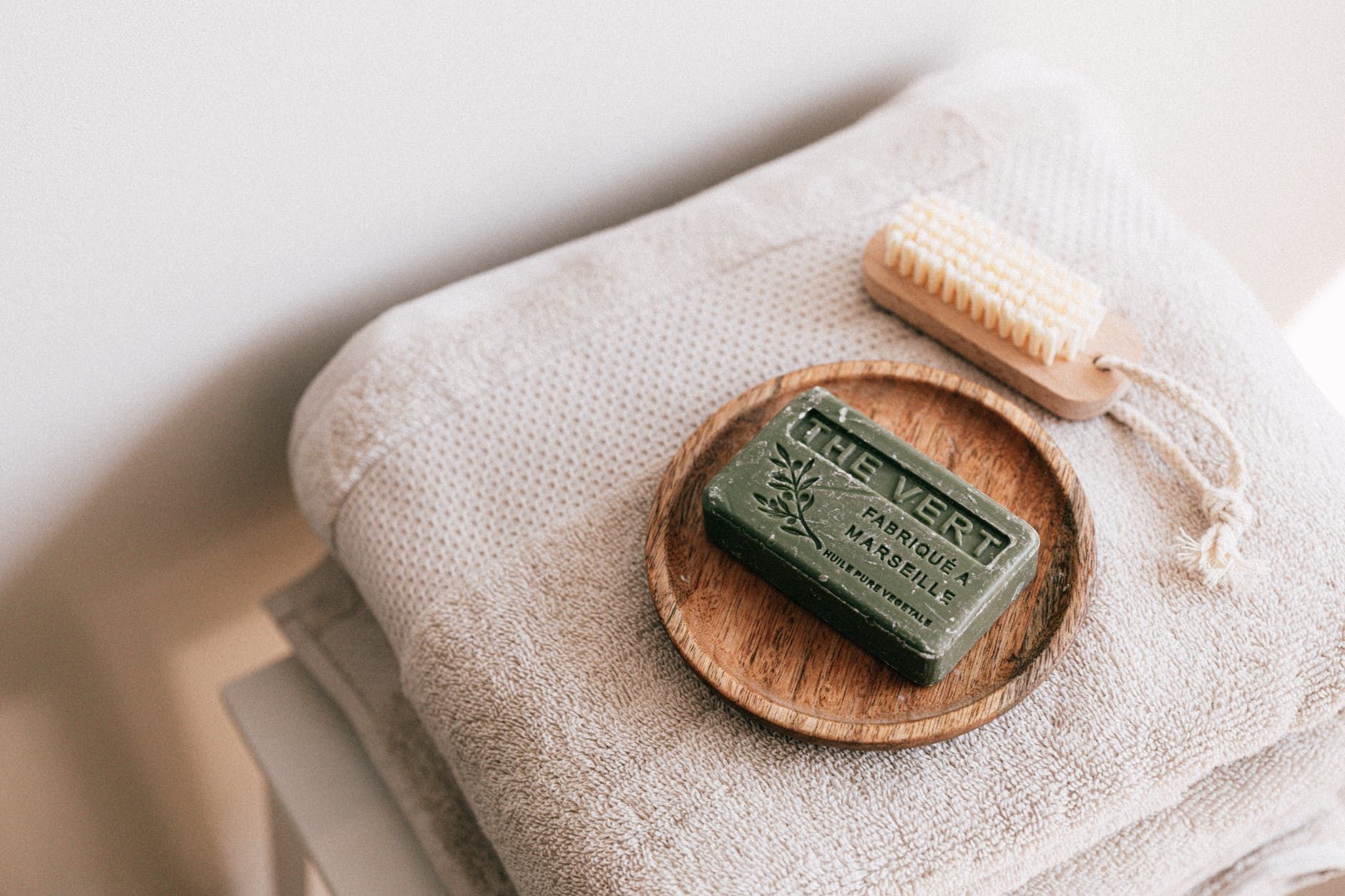 Để dưỡng da cần tránh dùng chất tẩy rửa quá mạnh khiến da kích ứng