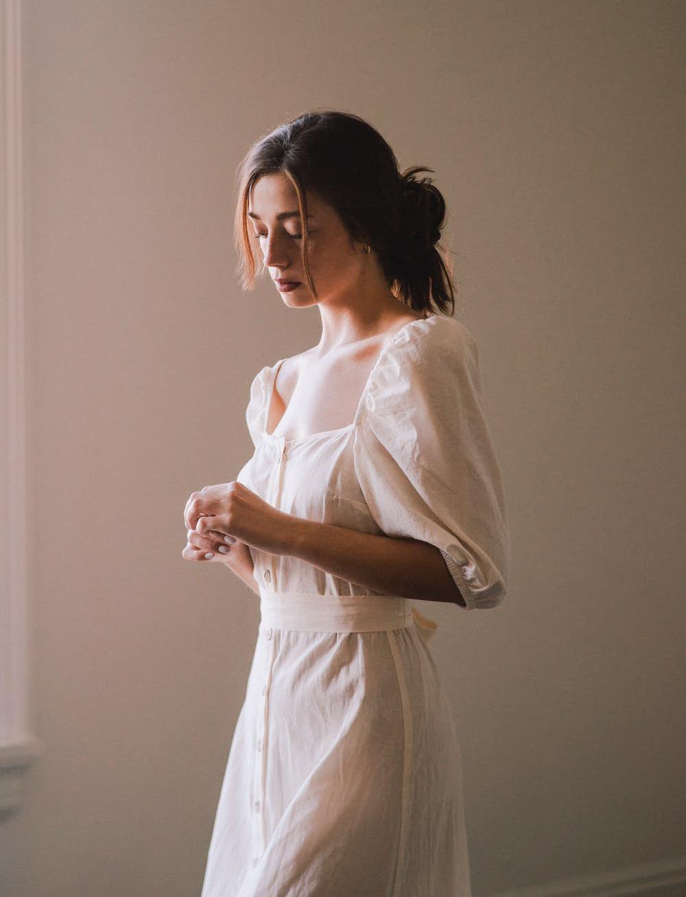 cô gái váy trắng