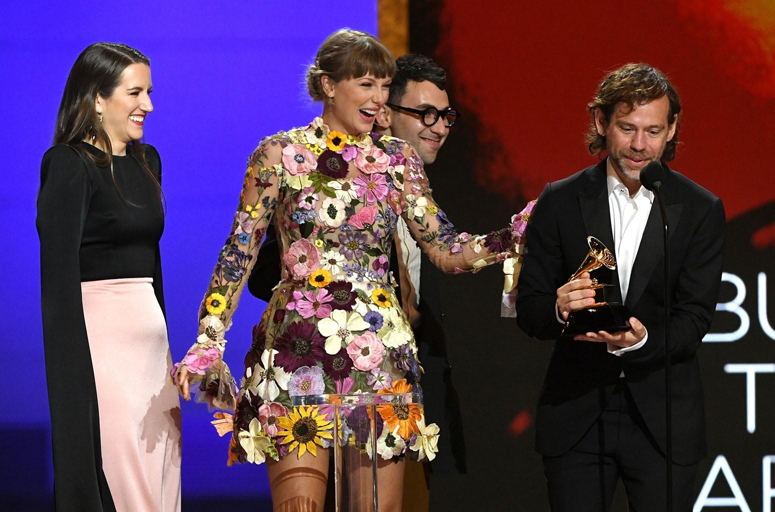 Taylor Swift lập kỷ lục tại Grammy 2021