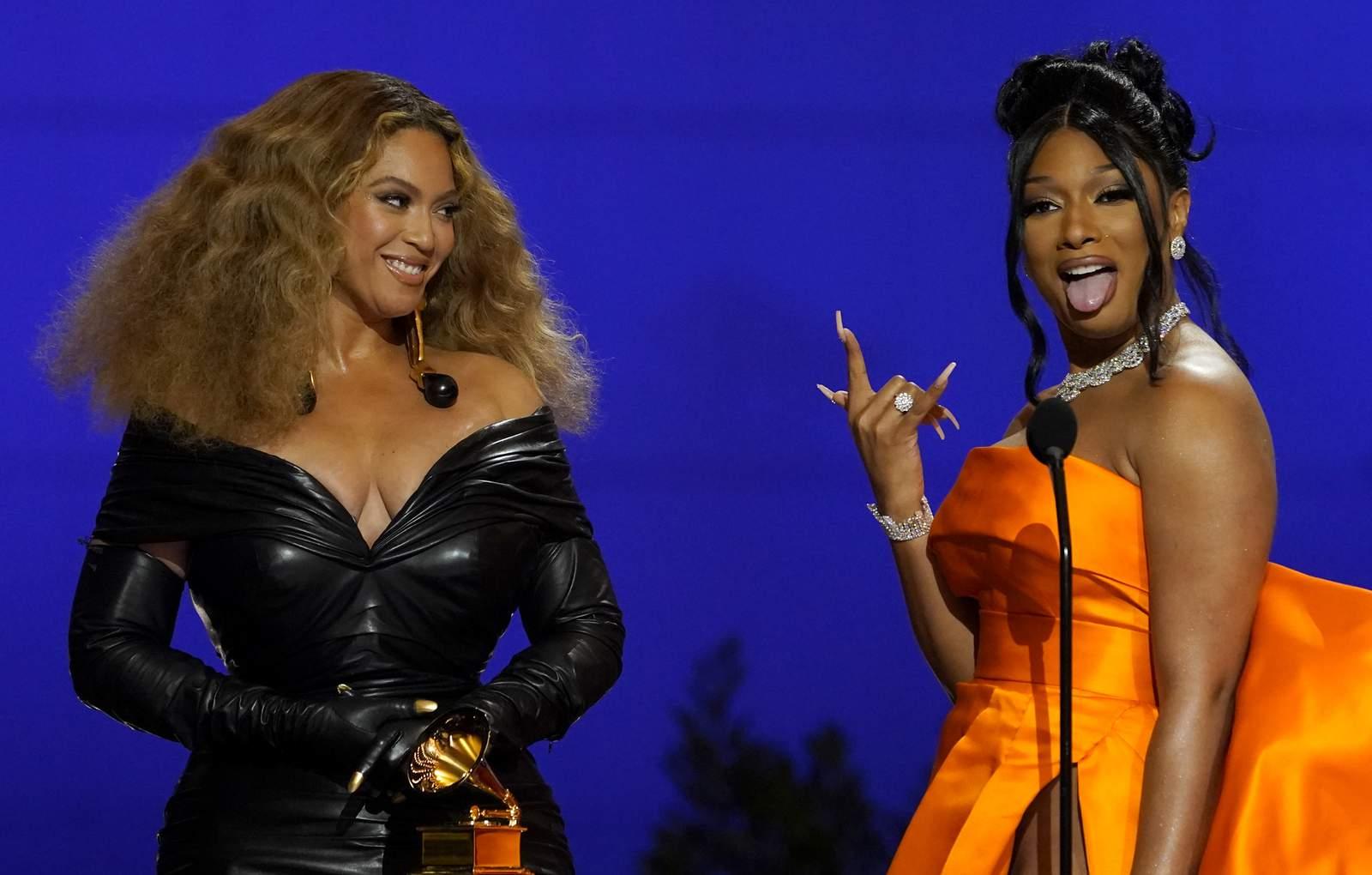 megan và beyonce tại Grammy 2021